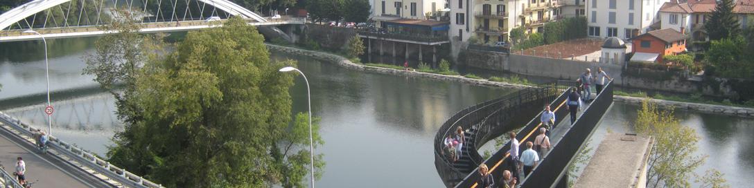 la scala a vortice con passerella sul fiume