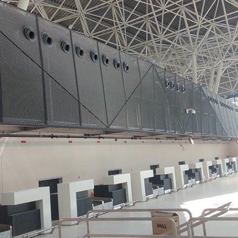 Streckmetalltrennwände im Flughafenbereich